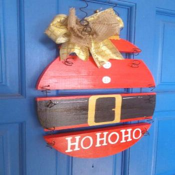 If you need some inspiration for your front door to decorate this Christmas season, we can show you